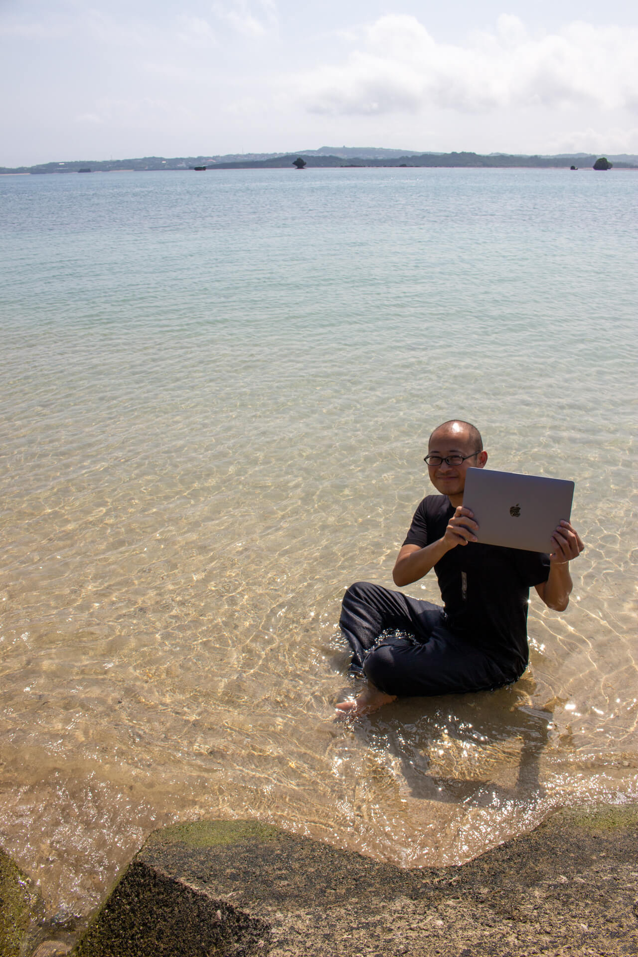 MacBookを手にし喜びを隠しきれないたかひろ