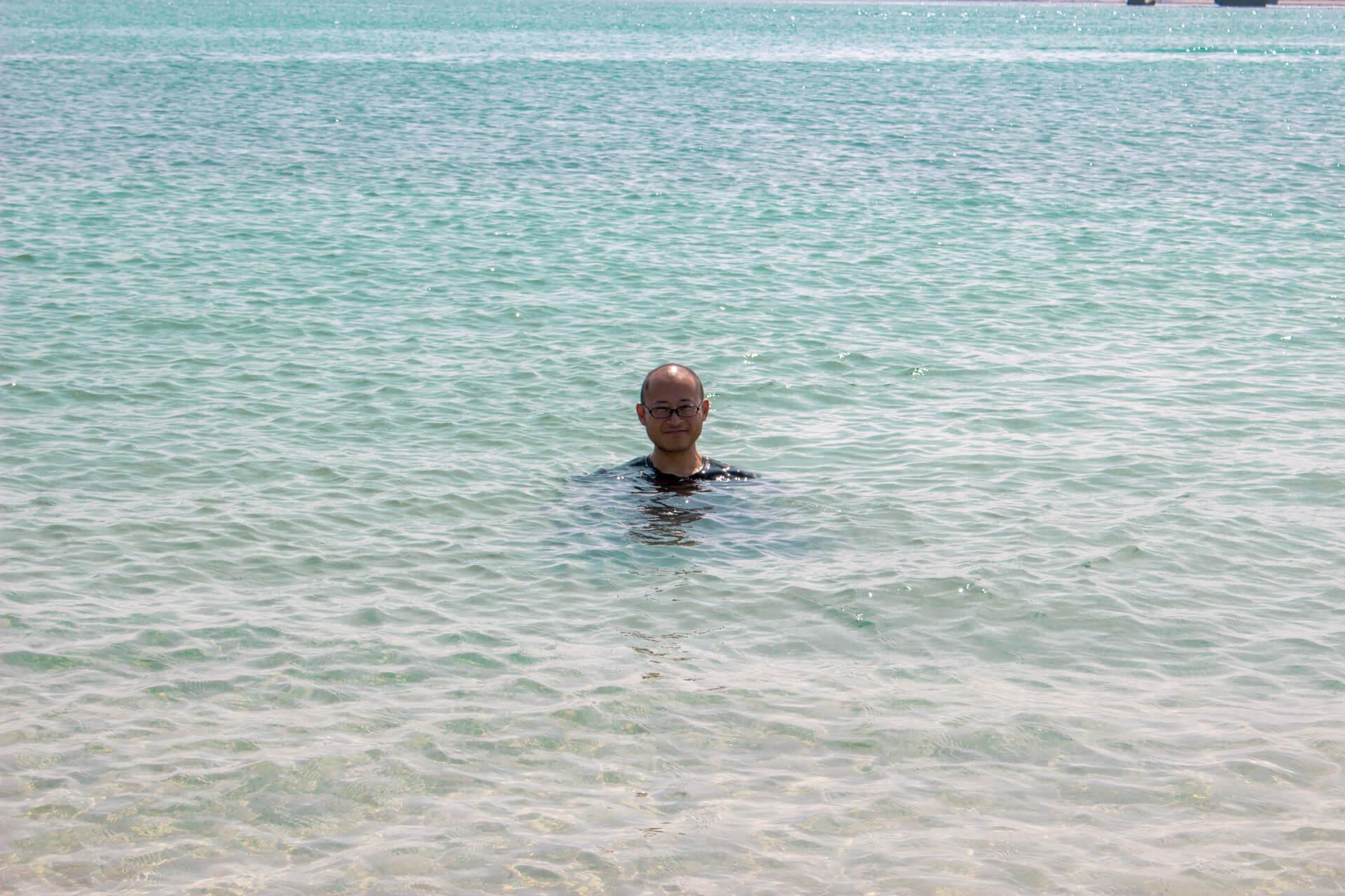 透き通る碧い海とたかひろ