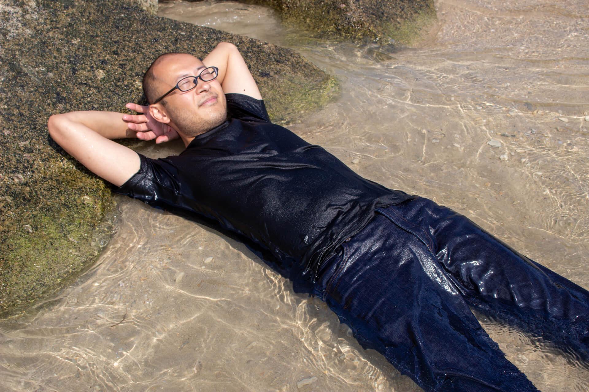 半身浴ならぬ半身海を楽しむたかひろ